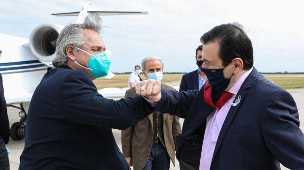 Alberto Fernández saluda con el codo a Gerardo Zamora