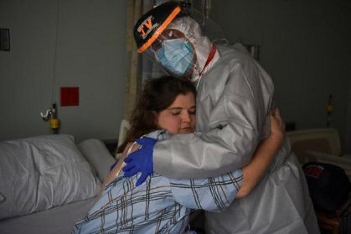 El médico abraza a Christina Mathers, una enfermera de su equipo que se contagió de coronavirus (Reuters)