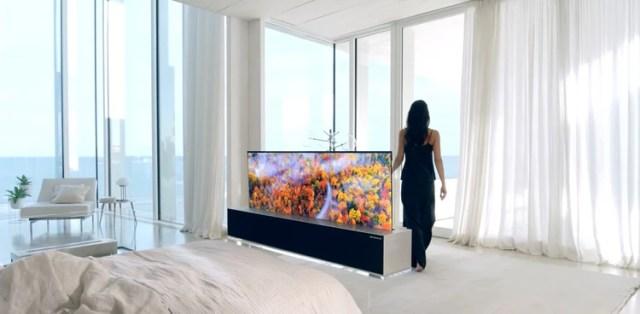 El televisor se oculta dentro del gabinete cuando no está en uso.