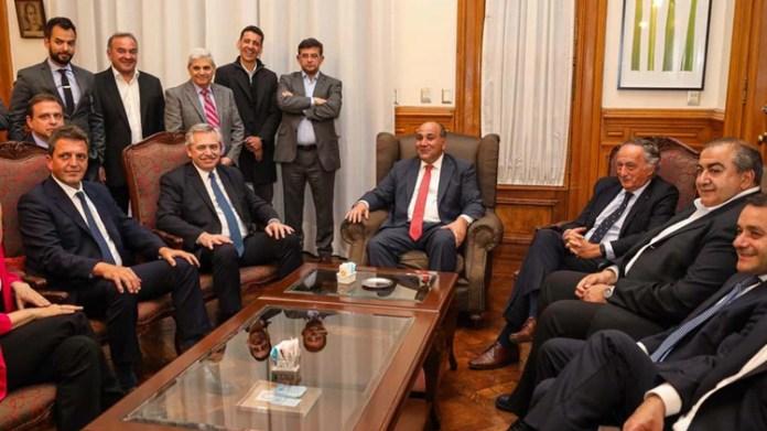 Fernández junto al gobernador de Tucumán, Juan Manzur, que estará en Washington los próximos días.