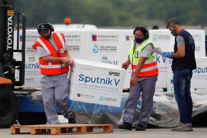 Un cargamento de vacunas Sputnik V arriban a Ezeiza, Buenos Aires, Argentina, para ser aplicadas en el país (REUTERS/Agustin Marcarian)