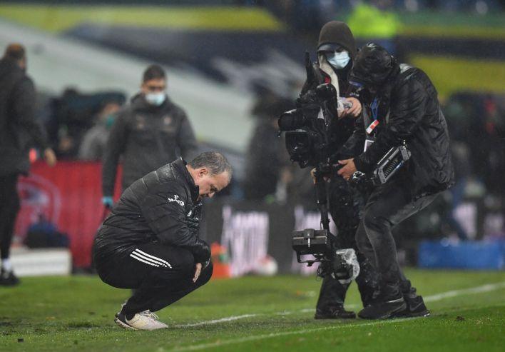 Bielsa permaneció unos segundos en cuclillas tras el empate (Foto: Reuters)