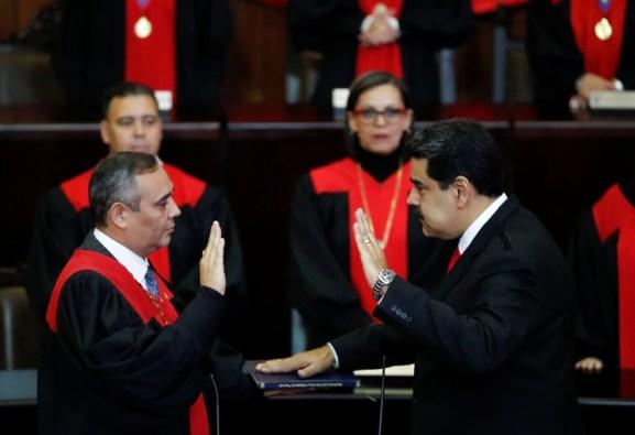 Nicolás Maduro juró como presidente ante el Tribunal Supremo de Justicia, el brazo judicial del chavismo, y no ante el Parlamento como lo establece la Constitución