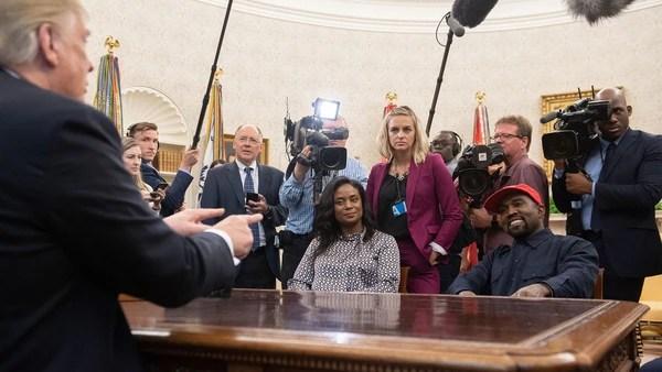 Kanye West en el Salón Oval junto a Donald Trump (AFP)