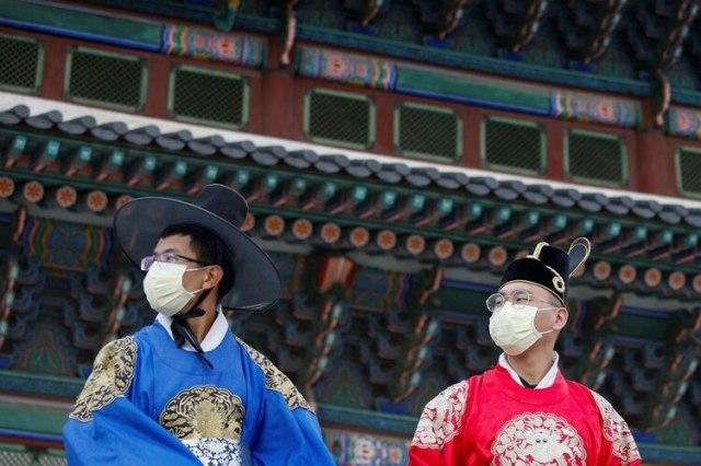 Foto de un grupo de hombres usando máscaras para prevenir el coronavirus en Seúl, Corea del Sur (REUTERS/Heo Ran)