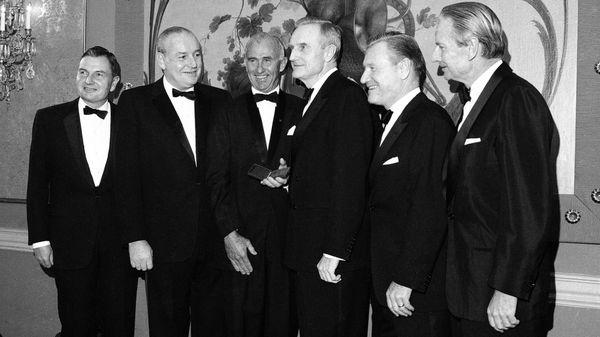 Los cinco hermanos Rockefeller (David, Winthrop, John, Nelson y Laurence), acompañados por Frank Pace (tercero en la fila), posan para recibir la medalla dorada del Instituto Nacional de Ciencias Sociales, en Nueva York, 1968 (AP)