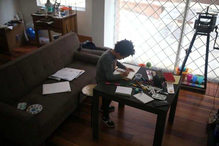 Es posible que los niños más pequeños aún no puedan escribir extensamente o completar hojas de trabajo interminables. Sin embargo, hay un montón de contenido gratuito disponible en línea (REUTERS)