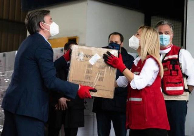 """Diego Tipping, presidente de Cruz Roja Argentina y Fabiola Yáñez, primera dama, participan del """"pasa manos"""" con insumos médicos que serán destinados a hospitales del AMBA"""