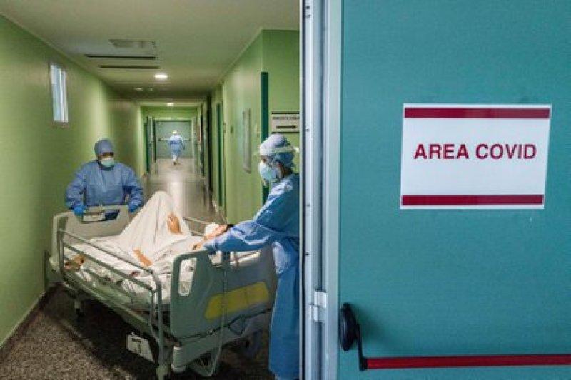 Un paciente es trasladado en un hospital de Milán (COZZOLI/FOTOGRAMMA / ZUMA PRESS / CONTACTOPHOTO)