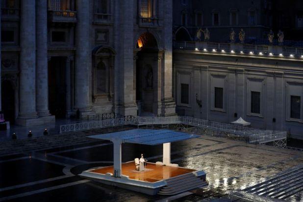 """Foto del viernes del Papa Francisco dando una inusual bendición """"Urbi et Orbi"""" -a la ciudad y al mundo- en una Plaza de San Pedro vacía en el Vaticano (REUTERS/Yara Nardi)"""