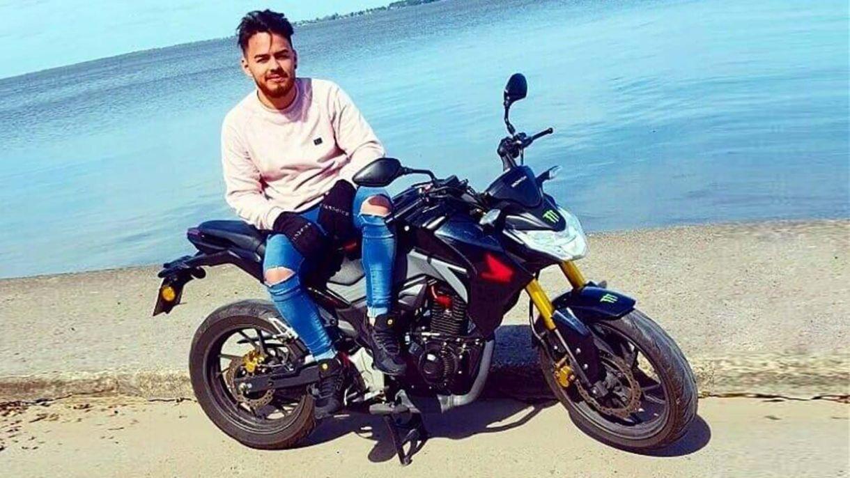 Nahuel Zacarías y su moto. Tenía 23 años