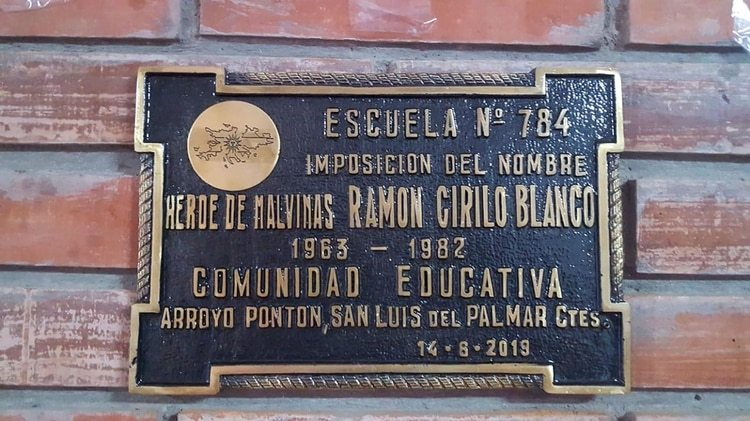 La placa de la Escuela 784 con el nombre de Ramón Cirilo Blanco, elegido por la directora y los alumnos