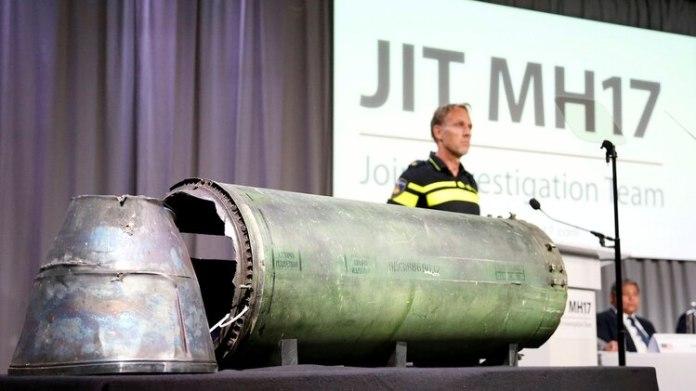 Los restos del misil que fuerzas prorrusas lanzaron desde Ucrania y derribaron a un vuelo de Malaysia Airlines son exhibidos durante una conferencia del Equipo Conjunto de Investigación (JIT, en inglés)(Reuters)