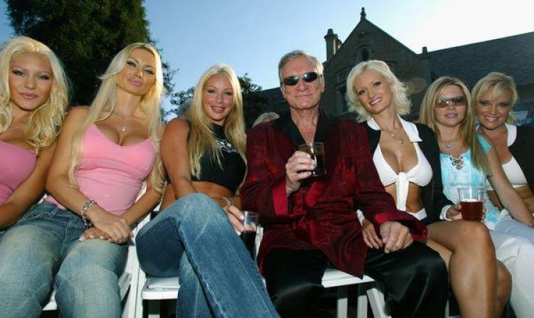 Hugh Hefner y seis de sus Playmates en la mansión Playboy en 2003