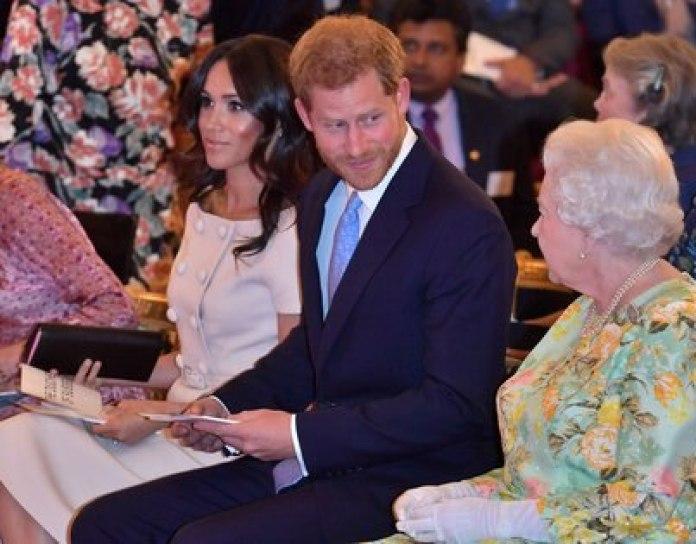 """""""La reina entendió las dificultades que ellos enfrentaban, pero las reglas no se tuercen para nadie"""", escribieron Omid Scobie y Carolyn Durand en """"Finding Freedom"""". (John Stillwell/Pool via Reuters)"""