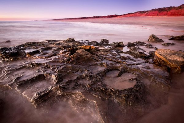 Las huellas de Walmadanyichus hunteri en las rocas de Broome Sandstone. (AFP)