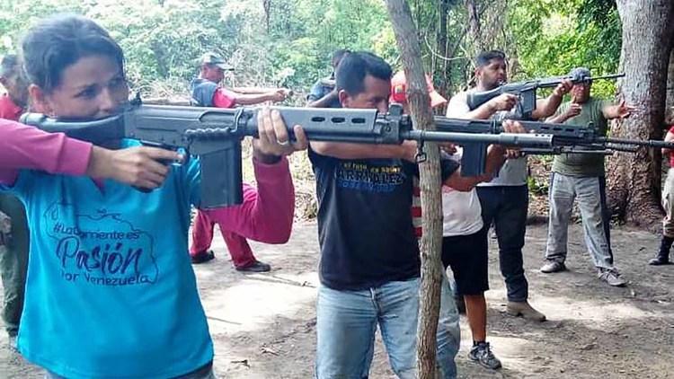 Entrenamiento a civiles armados en vía Arichuna, capital de la parroquia Peñalver, en el estado de Apure