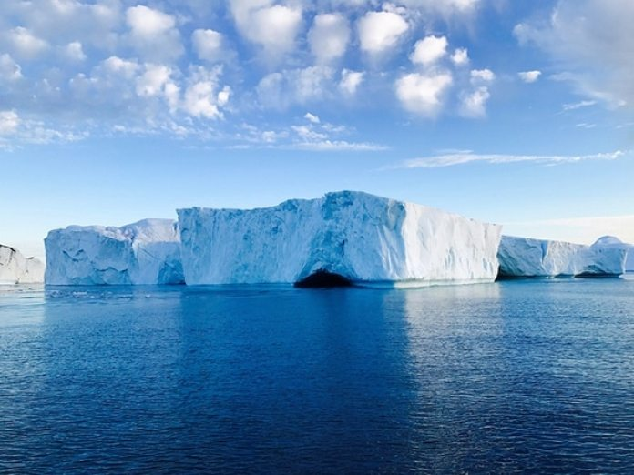 """El tercer lugar es para Peng Ju Tang (China) con """"Serenity"""" (Serenidad) por el retrato de icebergs hecho con un iPhone 7 Plus, en Ilulissat, Groenlandia."""