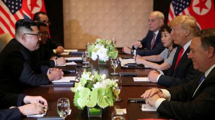 Kim y Trump, reunidos con sus respectivas delegaciones