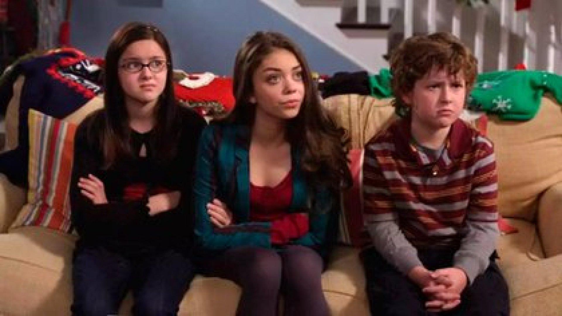 """Hyland en la piel de su personaje, """"Haley"""", junto a sus hermanos menores en """"Modern Family"""", interpretados por Ariel Winter y Nolan Gould"""