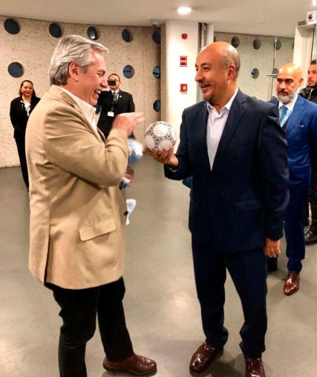 Alberto Fernández bromea con Maximiliano Reyes Zúñiga, el funcionario del gobierno mexicano que lo recibió en el aeropuerto. A la derecha, en segundo plano, el embajador argentino en ese país, Ezequiel Sabor