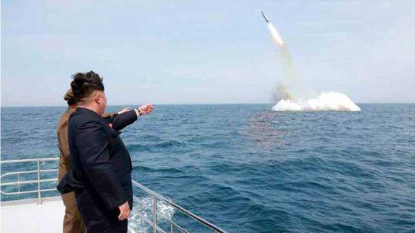 El dictador Kim Jong-un observa el lanzamiento de un misil.