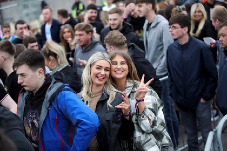 La gente disfruta de su tiempo fuera de un club nocturno como parte de un programa de investigación nacional que evalúa el riesgo de transmisión de la enfermedad del coronavirus (COVID-19), en Liverpool, Gran Bretaña, el 30 de abril de 2021. REUTERS / Carl Recine