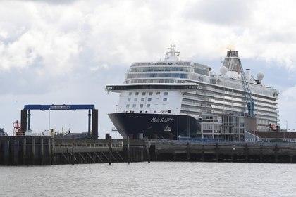 """El crucero """"Mein Schiff 3"""", un barco similar al Mein Schiff 6, en el puerto de Cuxhaven, Alemania, en mayo (REUTERS/Fabian Bimmer)"""