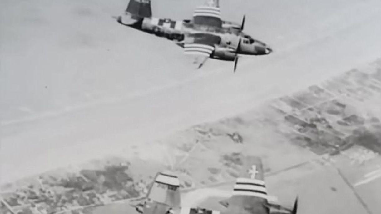 Bombarderos medianos estadounidenses B26 Marauder sobre Normandía. Llevan las rayas blancas y negras en las alas que identifican a los aviones que participaron de Overlord