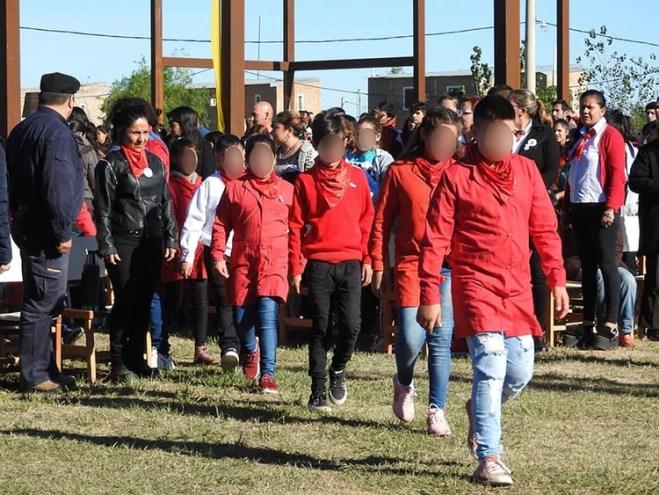 Los alumnos con su distintivo guardapolvo rojo