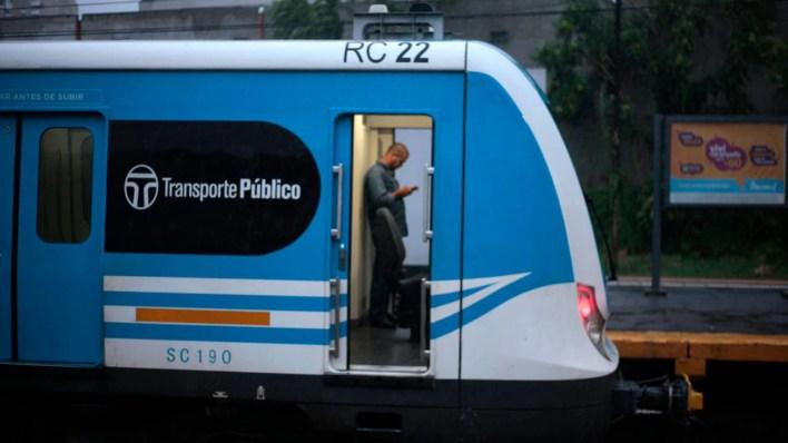 En el Sarmiento viajan 160 mil pasajeros diarios, que representa un 25% en comparación a antes de la cuarentena (Luciano González)