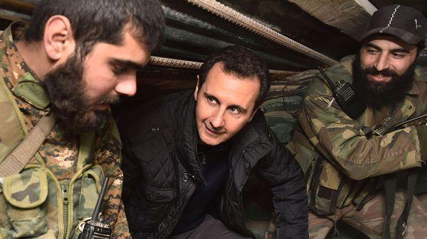 El presidente sirio Bashar al Assad junto a tropas de su ejército (Reuters)