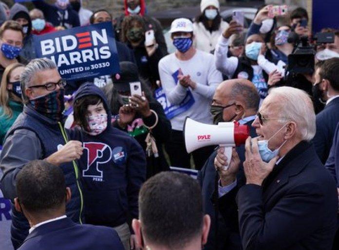 Biden habla a través de un megáfono en una parada de campaña, el día de las elecciones en Filadelfia, Pensilvania (REUTERS/Kevin Lamarque)
