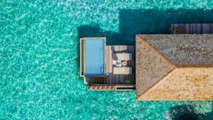 El célebre arquitecto Yuji Yamazaki supervisó el diseño del complejo Kagi Maldives Spa Island, que se centra en un spa y centro de bienestar de 1.500 metros cuadrados con un techo en forma de lágrima al aire libre en su corazón
