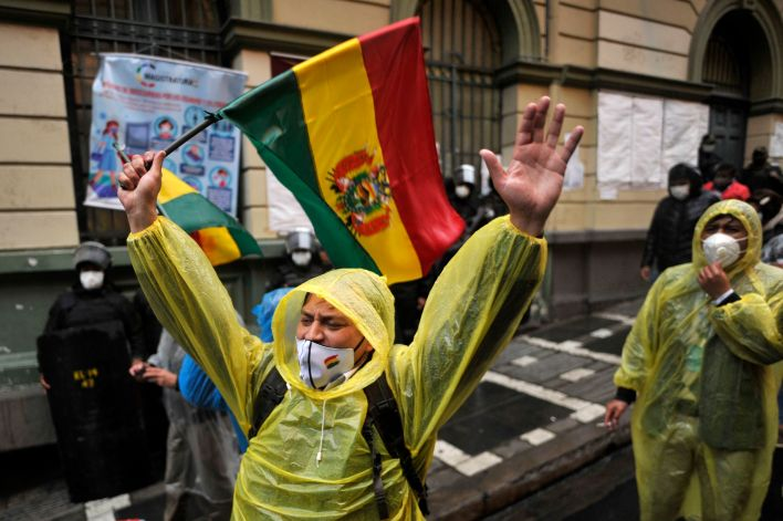 Activists and opponents of Bolivia's former president Evo Morales, protest outside Bolivia's Court of Justice in La Paz on September 7, 2020. - A Bolivian judge confirmed on Monday that former President Evo Morales is not eligible to run for the Senate in the October 18 elections, the government said. (Photo by JORGE BERNAL / AFP)