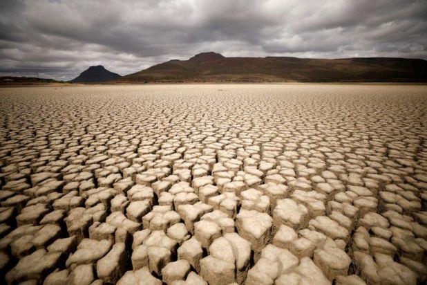 FOTO DE ARCHIVO: Presa municipal seca de Graaff-Reinet, Sudáfrica, el 14 de noviembre de 2019. REUTERS/Mike Hutchings/File Photo