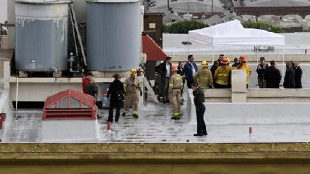 Los bomberos y la policía de L.A. bajan el cadáver de Elisa Lam de uno de los tanques de agua del hotel Cecil