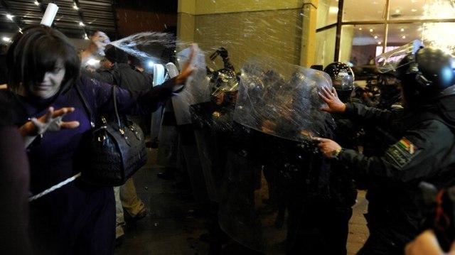 Simpatizantes de Carlos Mesa chocan con la policía frente al centro de cómputos del TSE en La Paz (AFP)