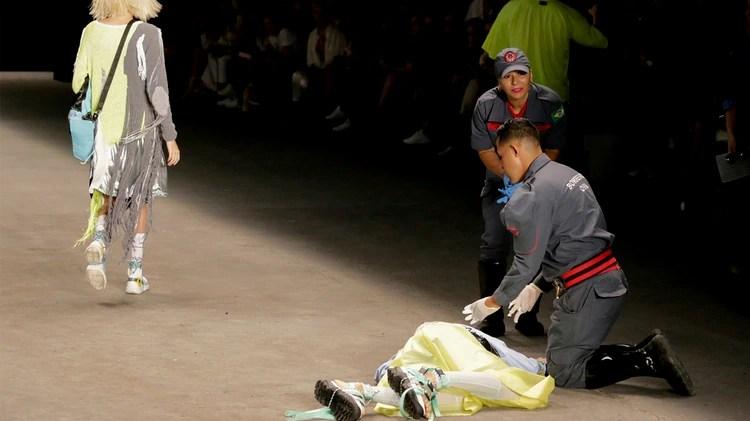Tales Cotta es atendido por los paramédicos tras desplomarse en la pasarela (Reuters)