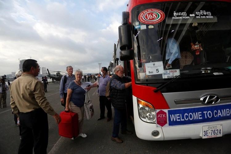 Los pasajeros se suben a un autobús que los llevó a la ciudad (REUTERS/Stringer)