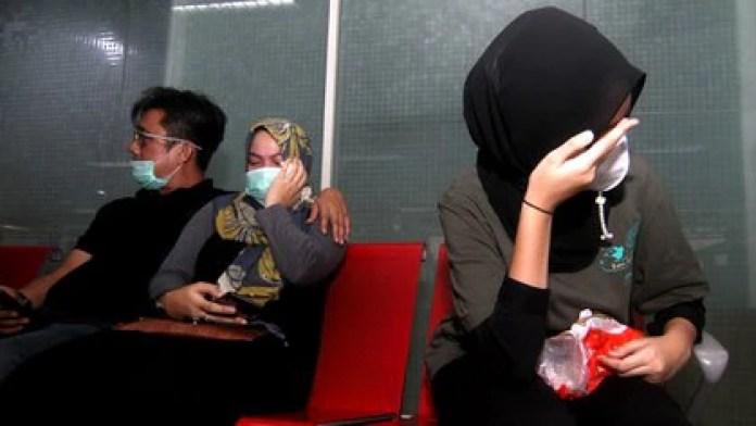 Familiares de pasajeros del vuelo llegaron al aeropuerto (Louis Anderson / AFP)