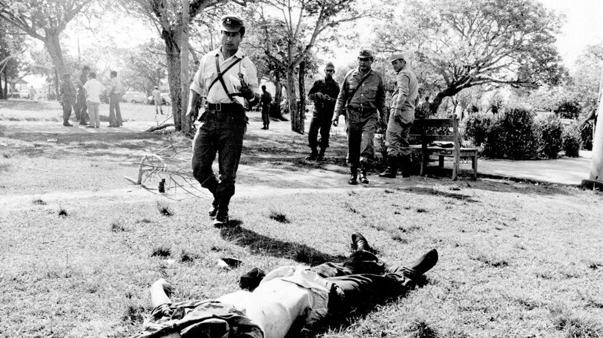 Un hombre yace muerto en el suelo tras el ataque de Montoneros al Regimiento de Infantería de Monte 29 en 1975