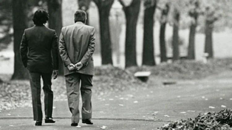 El presidente Raúl Alfonsín camina por los jardines de la Quinta Presidencial de Olivos conversando con Carlos Saúl Menem, tras el denominado Pacto de Olivos, en 1989. Autor: Víctor Bugge