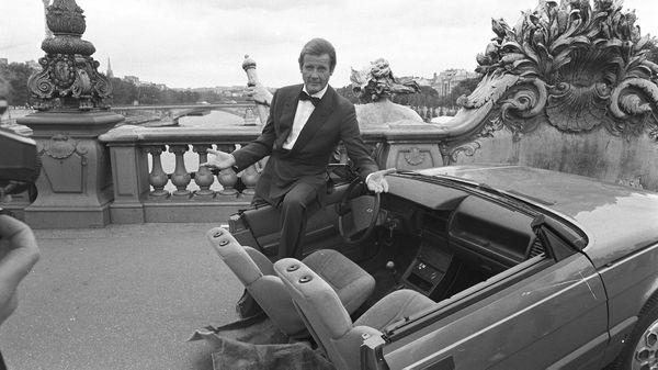 """Mootre demuestra su humor en la filmación en París de """"En la mira de los asesinos"""", en 1984 (Getty)"""