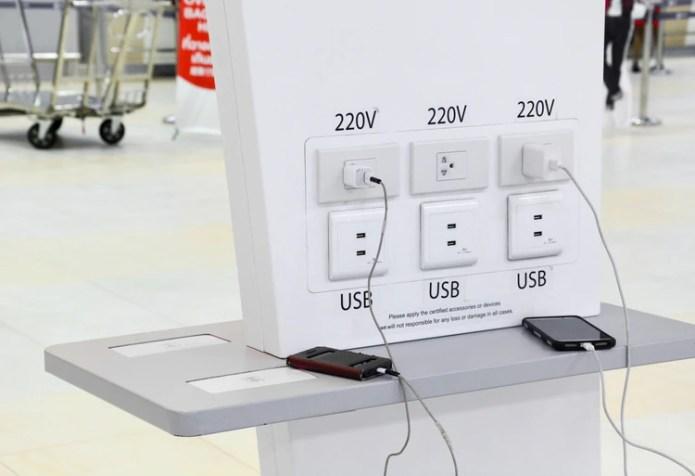 Las estaciones de carga púbicas pueden ser utilizadas por ciberatacantes para robar información confidencial de los equipos (Shutterstock)