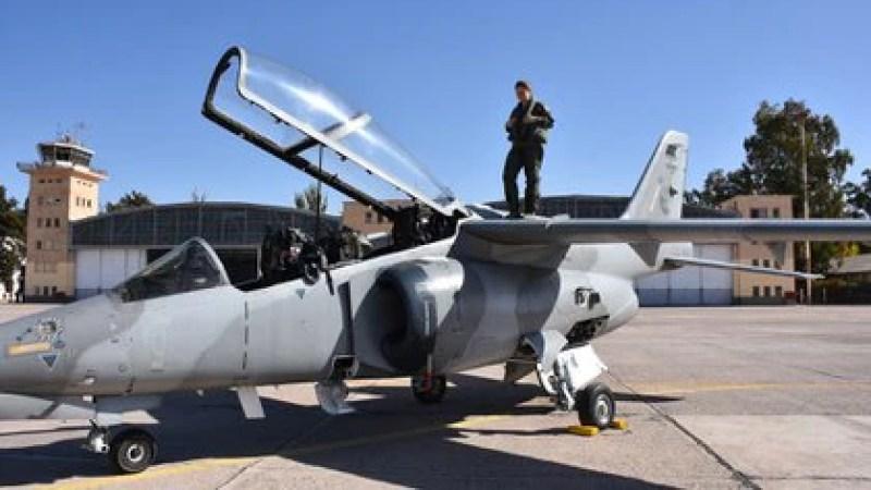Sofía Vier (26) es la primera piloto de caza -bombardeo mujer del país