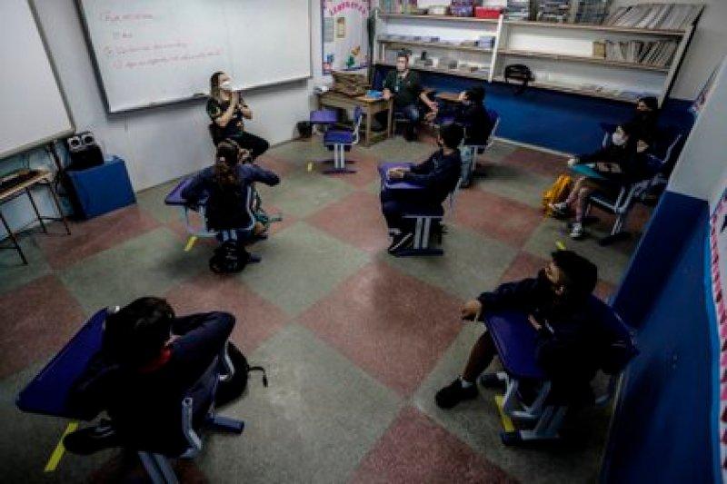 Alumnos de una escuela privada de Río de Janeiro en una clase el pasado martes, tras el regreso a las aulas de algunos educativos en Brasil. EFE/ Antonio Lacerda