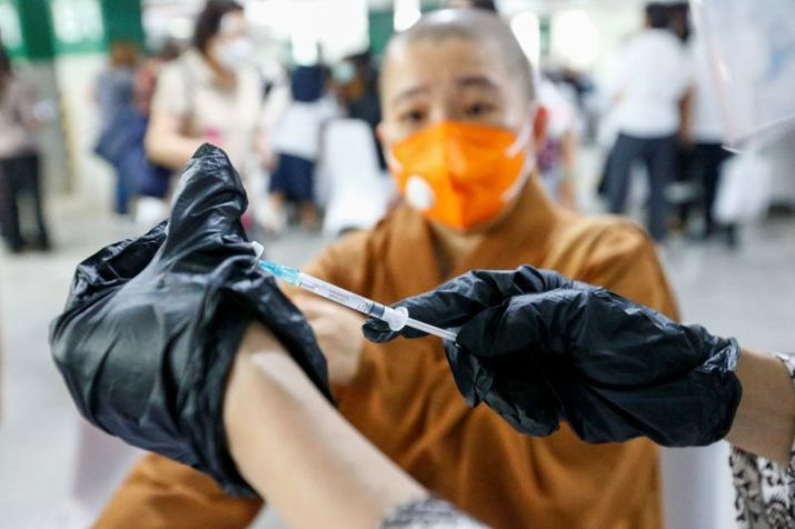 Un trabajador sanitario prepara una dosis de la vacuna de COVID-19 de Sinovac Biotech durante una campaña de vacunación del clero llevada a cabo en el aparcamiento de la mezquita Istiqlal en Yakarta, Indonesia, el 25 de febrero de 2021. REUTERS/Ajeng Dinar Ulfiana