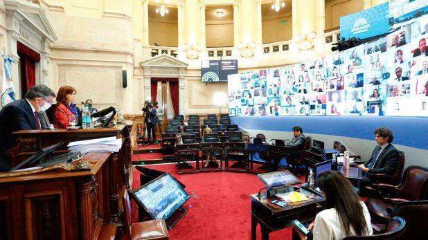 Los únicos senadores que están en el recinto se encuentran separados por varias bancas
