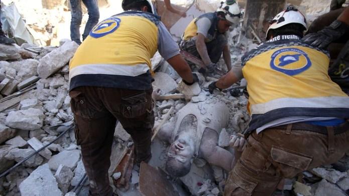 Un hombre yacía sin vida sobre la calzada llena de escombros. El régimen de Bashar al Assad y su aliado ruso han intensificado desde fines de abril sus bombardeos en la provincia de Idlib y áreas adyacentes en otras limítrofes, como Alepo, Hama y Lataquia (AFP)
